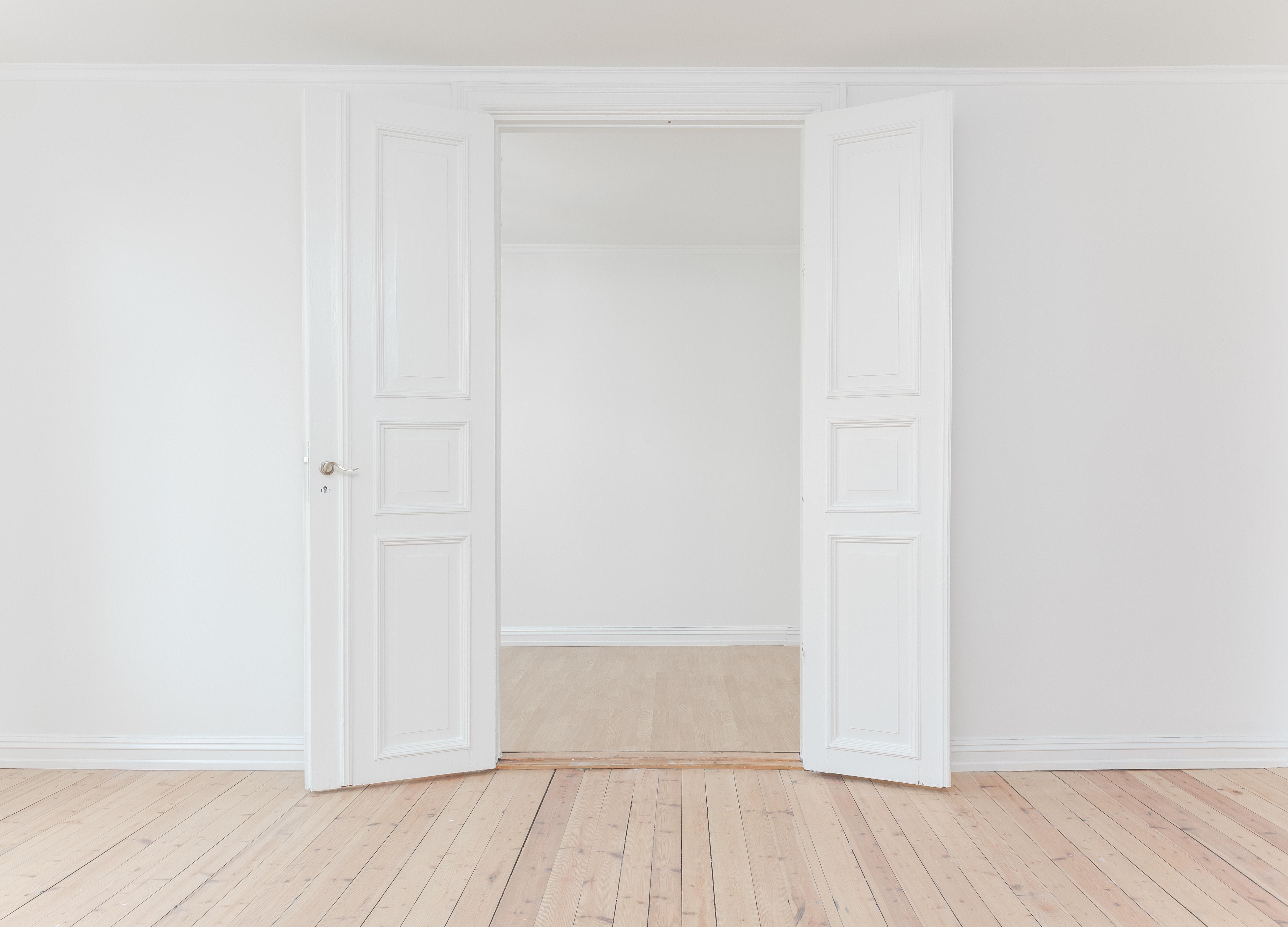Białe drzwi stalowe