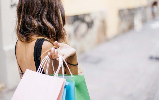 Kobieta z torebkami zakupów