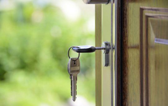 Klucze wiszące w drzwiach