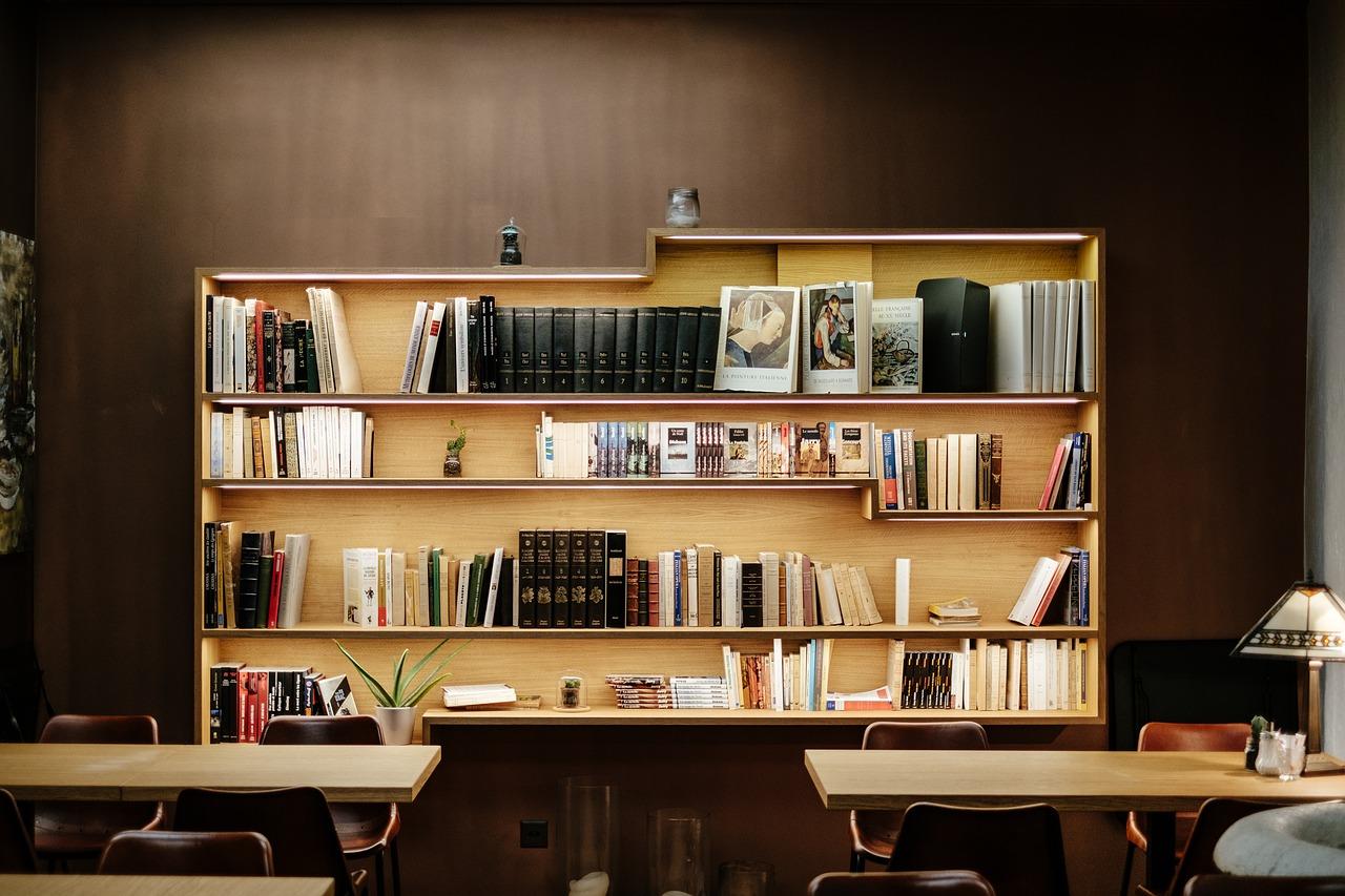 Półka na książki w ciemnym pomieszczeniu